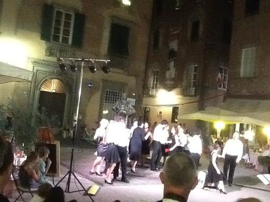 San Luca Palace Hotel : Americans singing Puccini beside his statue on hot summer night in Lucca
