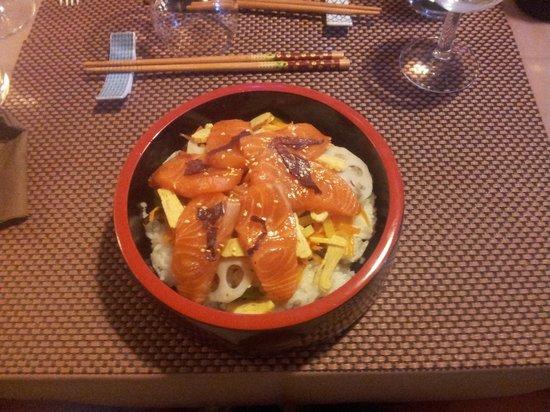 """Kiozen: le plat """" saumon eparpillé sur le siz-sushi """" tres frais part forte chaleur"""