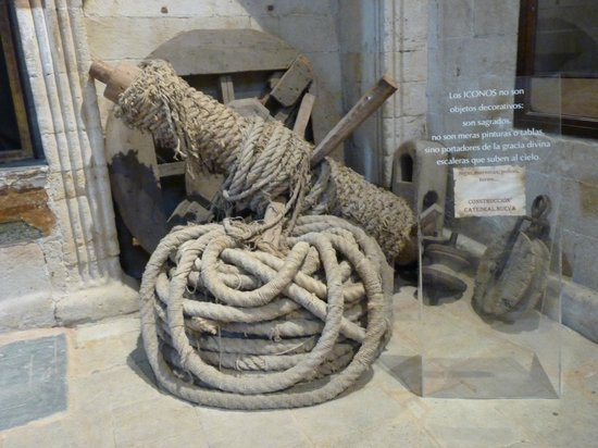 Old Cathedral (Catedral Vieja): Cuerdas y poleas para la construcción de la catedral antigua