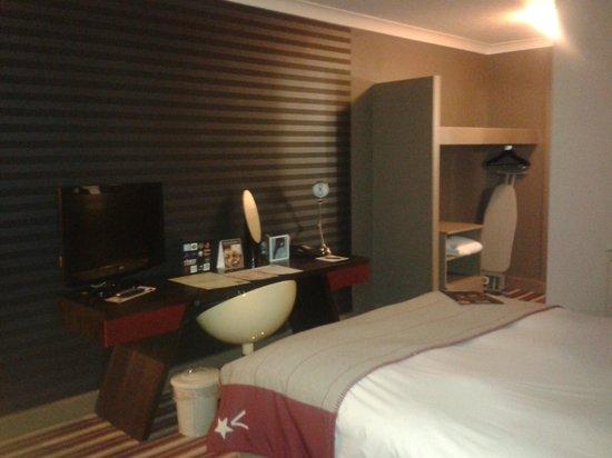 Village Hotel Swindon: Study Desk