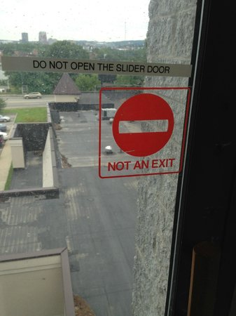 Comfort Inn Manchester Airport: Warning on sliding glass door.