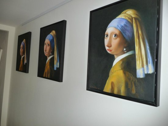 Rechthuis van Zouteveen: Humorous art of Vermeers' girl with the pearl earring