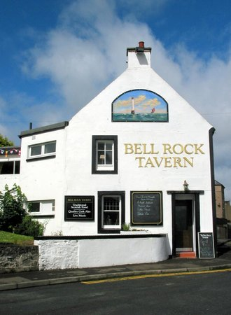 Bell Rock Tavern: Warm and welcoming with and lovely views to the harbour and the Tay River beyond form our Terrac