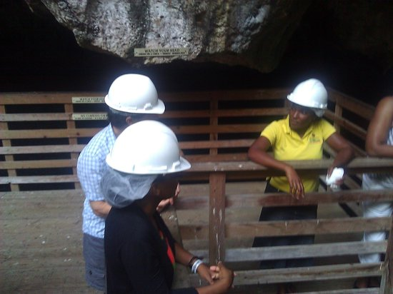 Two Sisters Cave: Friendly tour guide explaining the technicalities