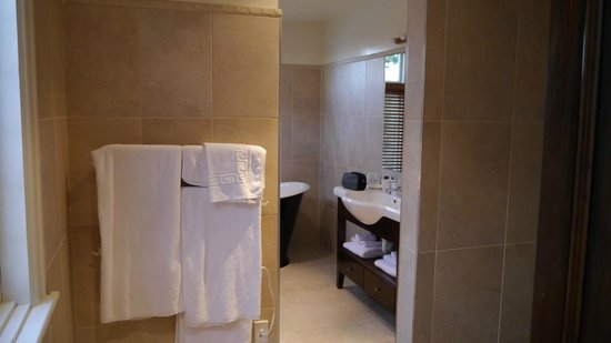 Eliza's Manor Boutique Hotel: Shower to right, bath overview