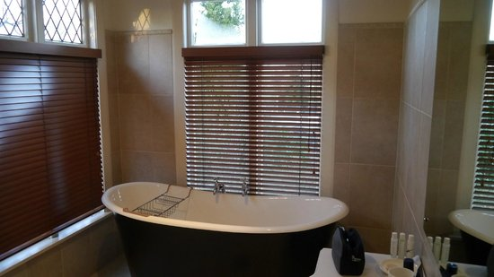 Eliza's Manor Boutique Hotel: Bathtub, sink and lots of natural light