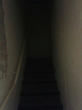 Hotel Exelmans: corridor to room