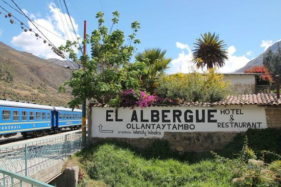 El Albergue Ollantaytambo: The sign on the station coming from the village