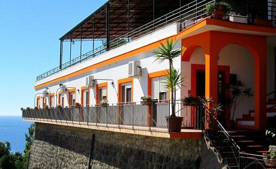LE TERRAZZE STUDIO APARTMENTS - Prices & Inn Reviews (Ustica, Italy ...