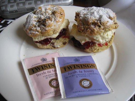 Primrose Cottage: Fresh cream scones made my Irene! My favs!