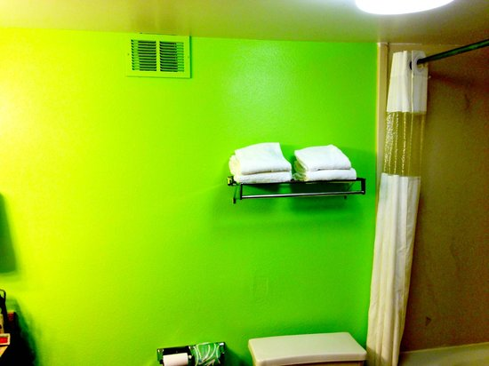 Days Inn Acworth: New bathroom color!