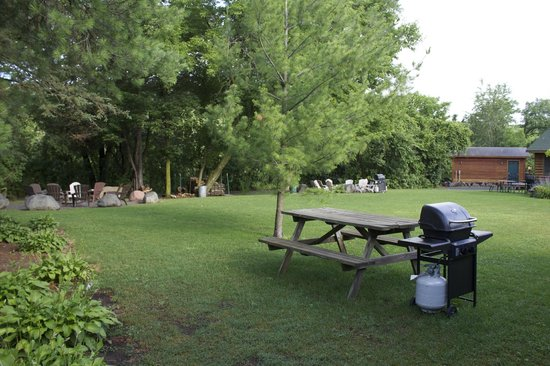 Wannigan Point Cabins: Grill, picnic table, and fire pits in distance
