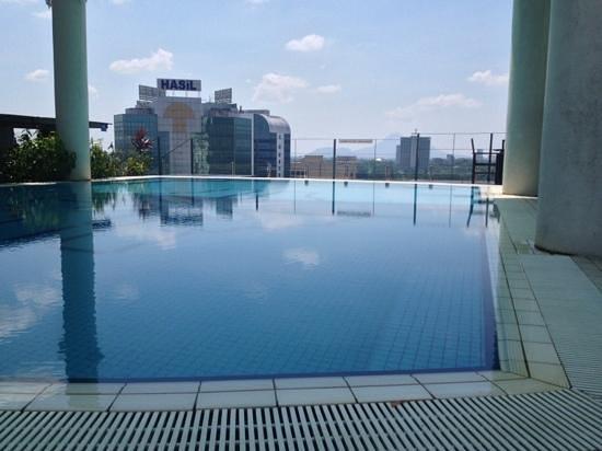 Ariva Gateway Kuching: piscina