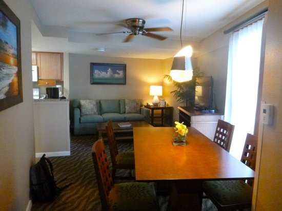 Wyndham at Waikiki Beach Walk: Living room & dining room
