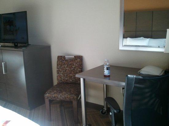 Hampton Inn & Suites Austin at The University/Capitol: Desk area and TV
