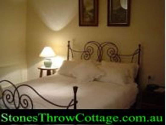 Stone's Throw Cottage B&B: Wrought iron queen bed