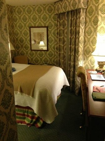 Phoenix Park Hotel: Queen-size bed fills the room