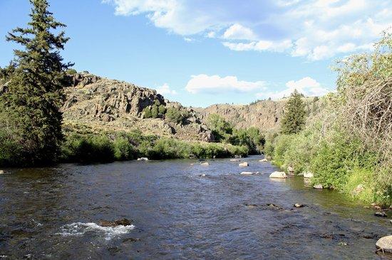 ثري ريفرز ريزورت: Thomas River behind Cabin