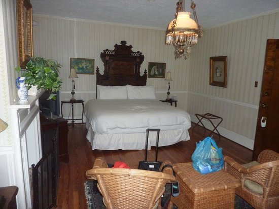 General Sutter Inn: Bed area