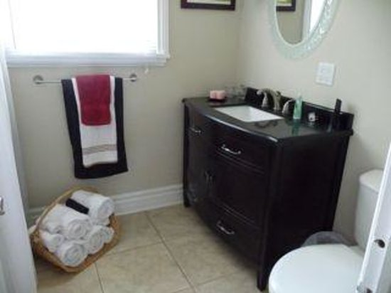 Eagles Rest: Ensuite Bathroom for King Room