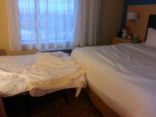 TownePlace Suites Ann Arbor: Pull out bed touches the King bed, very uncomfortable