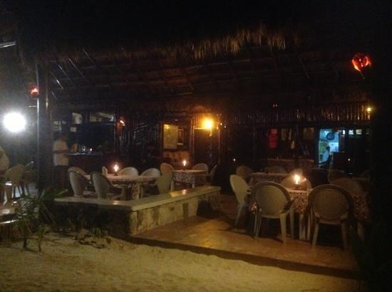 Cabanas Los Arrecifes: Arrecifes bar at night