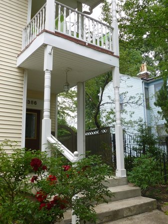 Gallery House: Inviting porches