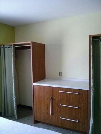 Home2 Suites by Hilton Jacksonville : closet space