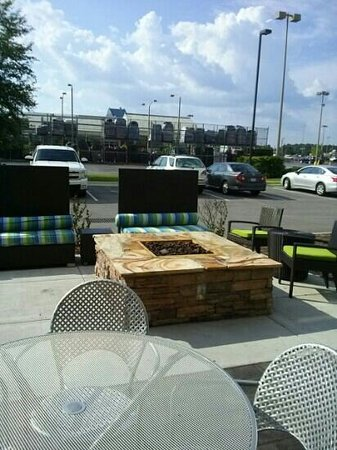 Home2 Suites by Hilton Jacksonville : fidelity and outdoor seating