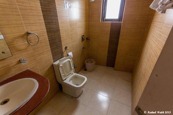 Hotel Delhi Aerocity : Bathroom