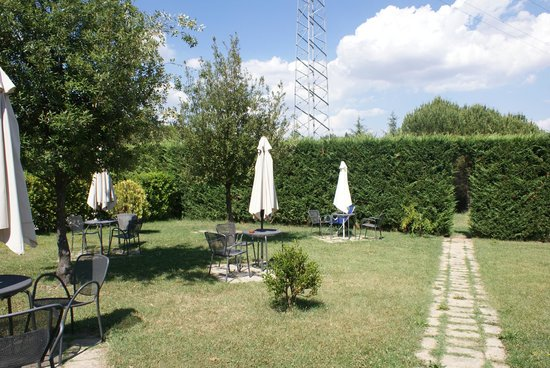 Bed & Breakfast Fonte dei Tufi: Breakfast in the garden