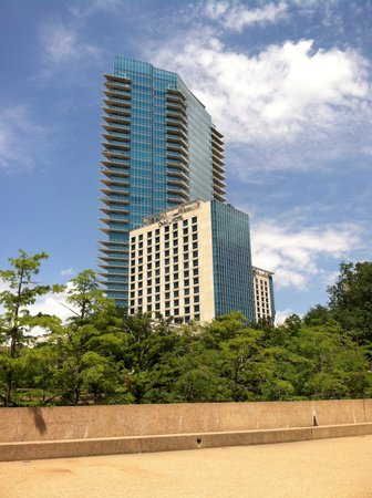 Omni Fort Worth Hotel: Omni from the water gardens
