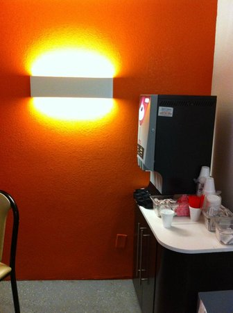 Motel 6 Los Angeles - Hollywood: coffee lounge on lobby floor