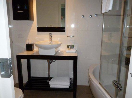 Rydges Mount Panorama Bathurst: Bathroom