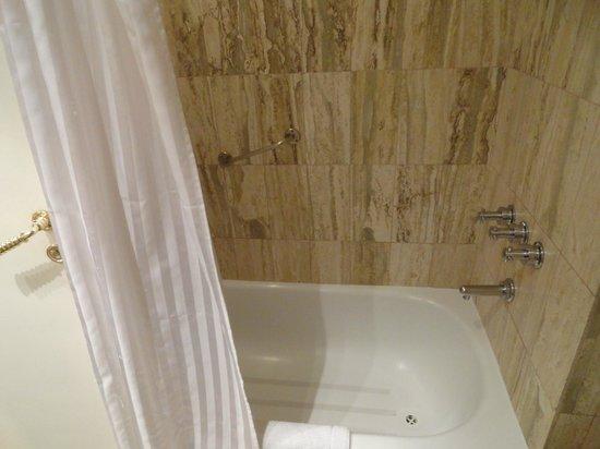 Ulises Recoleta Suites: Banho excelente.
