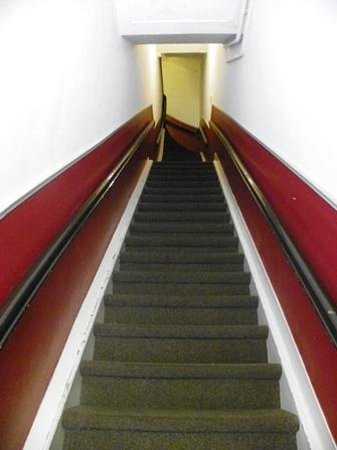 Hotel Washington: The first steep flight of stairs!