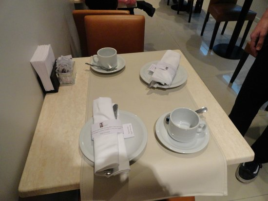 Ulises Recoleta Suites: Mesa do café.