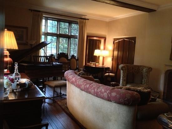 Old Monterey Inn: living room