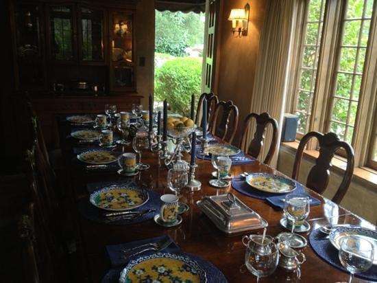 Old Monterey Inn: Dining room!