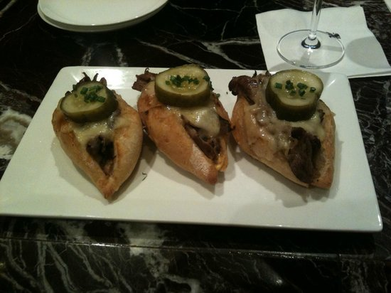 JW Marriott Chicago: Yummy sliders at the bar