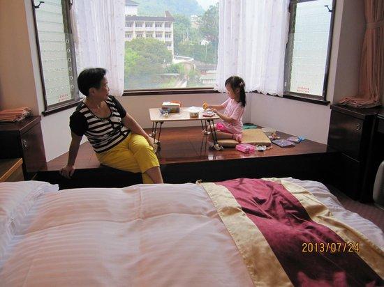 Utopia Holiday Hotel: king size 兩人房,有景觀的日式泡茶區,也可移開桌子變睡鋪