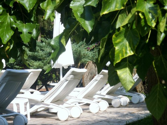 Club Belcekiz Beach Hotel: park sunbathing area