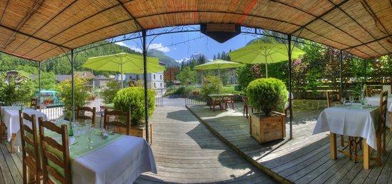 Restaurant le 27: La terrasse, vue sur le pic du Tenneverge