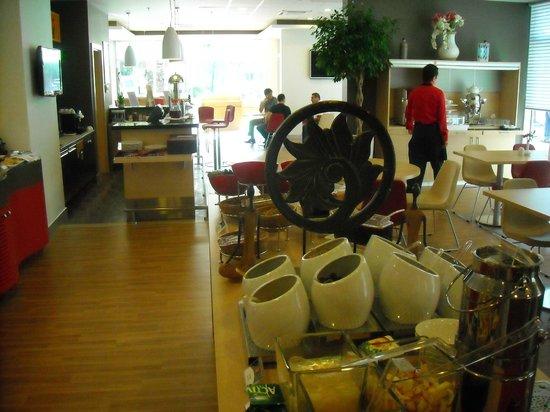 Ibis Izmir Alsancak: Breakfast buffet and lobby