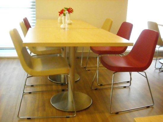 Ibis Izmir Alsancak: Table with fresh flowers