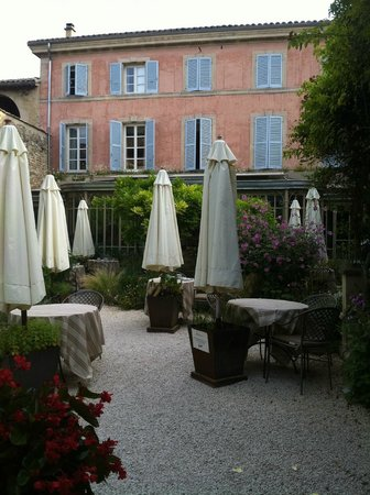 Le Clair de la Plume : the restaurant garden and the hotel