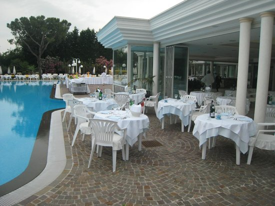 Hotel Terme Tritone Thermae & Spa: mangez à la piscine