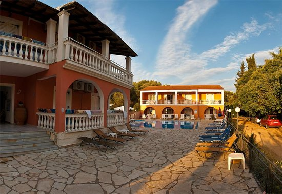 Donna Amalia Apartments: day time pool area