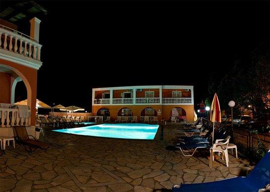 Donna Amalia Apartments: night time pool area