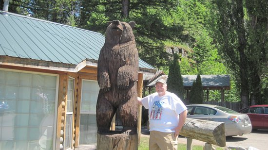 Glacier Highland Resort: Standing next to carved bear at lodge
